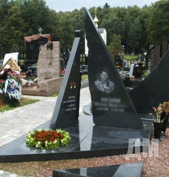Надгробные памятники из гранита фото у дорогоа из фильма оттепель недорогие памятники на кмв