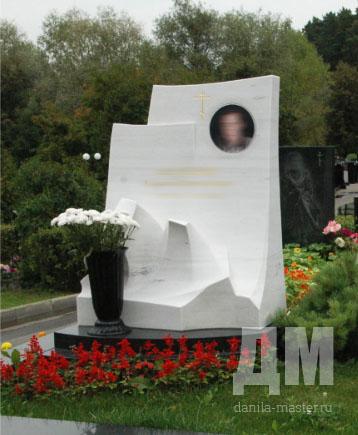 Надгробные памятники из мрамора или светлого гранита в спб памятники курск цены бобруйск